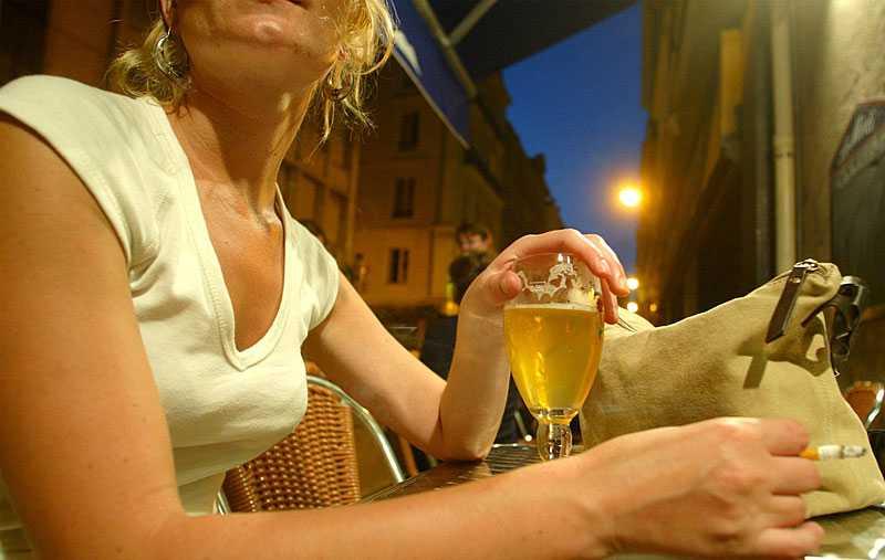 KVINNA, STORSTAD – OCH AFTERWORK En ny studie visar att den stora riskgruppen är unga kvinnor som regelbundet dricker alkohol efter jobbet. I Norge är 40 procent av all alkoholkonsumtion kopplad till afterwork.