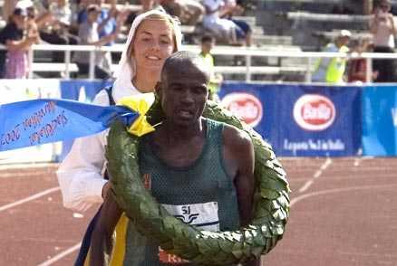 Slutkörd segrare Bandawe vann Stockholm marathon för andra året i rad. Men urladdningen hade ett pris. Direkt efter målgång spydde Bandawe och fick senare hjälp av sjukvårdare.