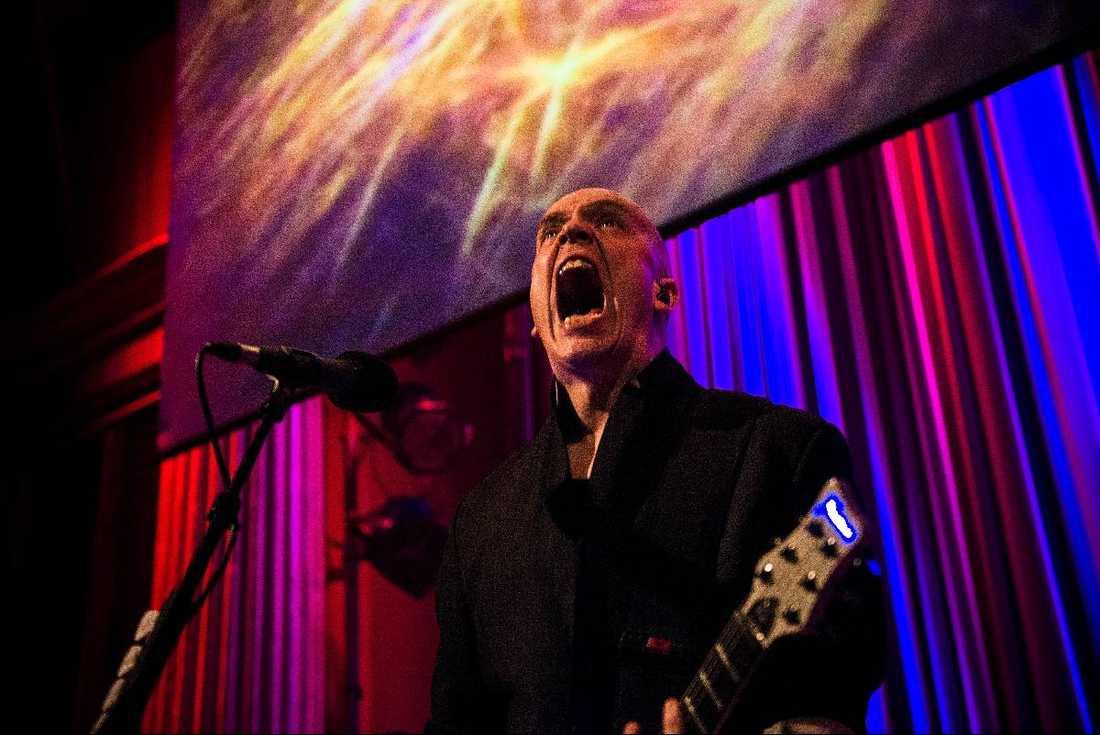 """allt är tillåtet Devin Townsend Project bjuder på en show där det är lika naturligt att lotta fram ett publikt jazzviftande med händerna som att brista ut i ett livligt """" doowapideewapideewapideedoo""""."""