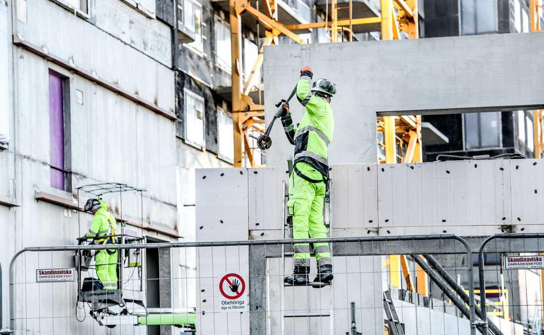 Det är inte utländska arbetskraft i sig som är problemet, utan villkoren och förhållandena, enligt Byggnads Johan Lindholm. Arkivbild.