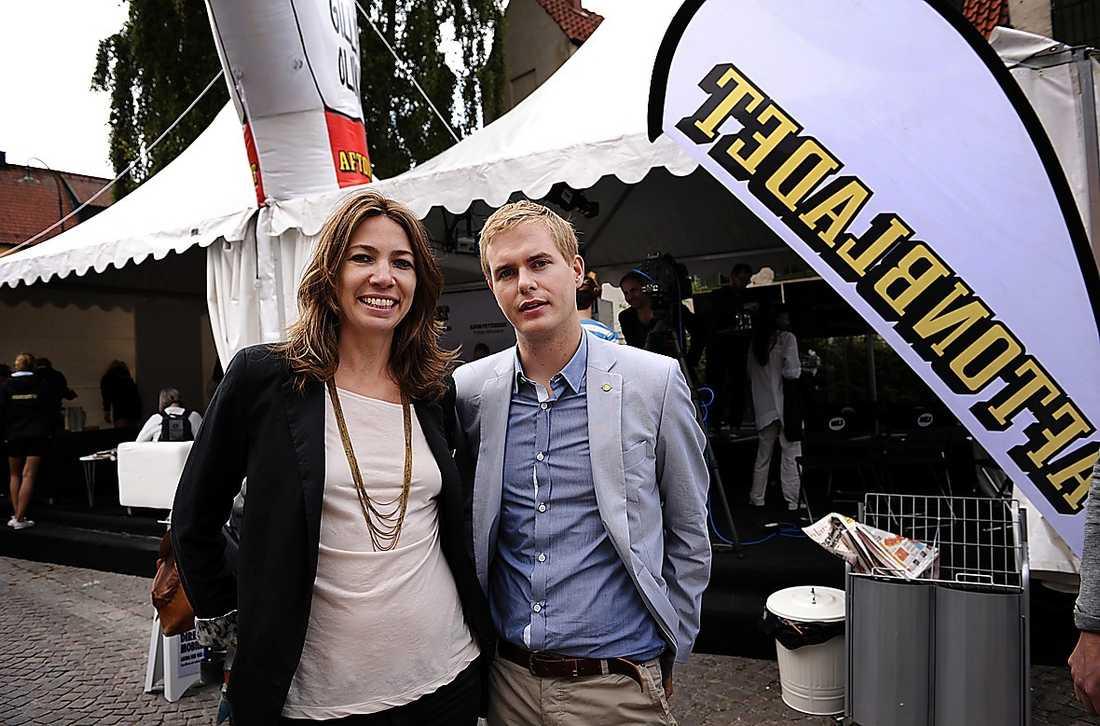Gustav Fridolin hälsade på hos Aftonbladet. På bilden tillsammans med Karin Magnusson.