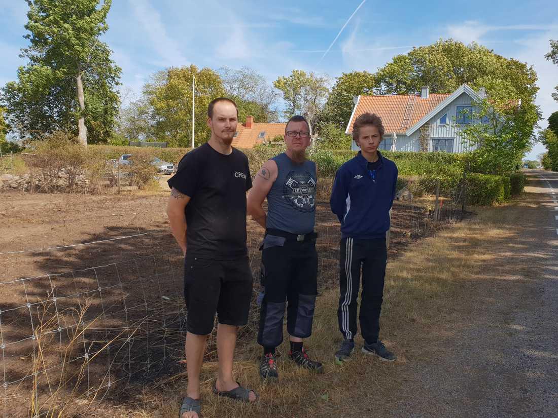 Björn Johansson, Mikael Öhman och Nicolaj Renshammar räddade huset – och hundarna – från gräsbranden. De fick hjälp av bonden Magnus Johansson.