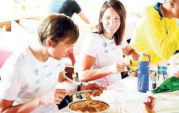 """12.15, lördag: Depåerna är tomma. Eller som Anna Haag säger """"Man vaknar hungrig efter fem dagars träning"""". I restaurangen på pensionat Kobaldhof kan åkarna fylla på med ny energi."""