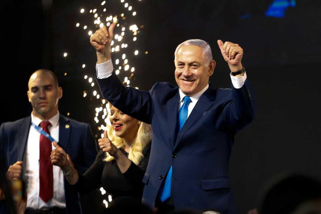 Israels premiärminister Benjamin Netanyahu framträder inför sina anhängare i Tel Aviv.