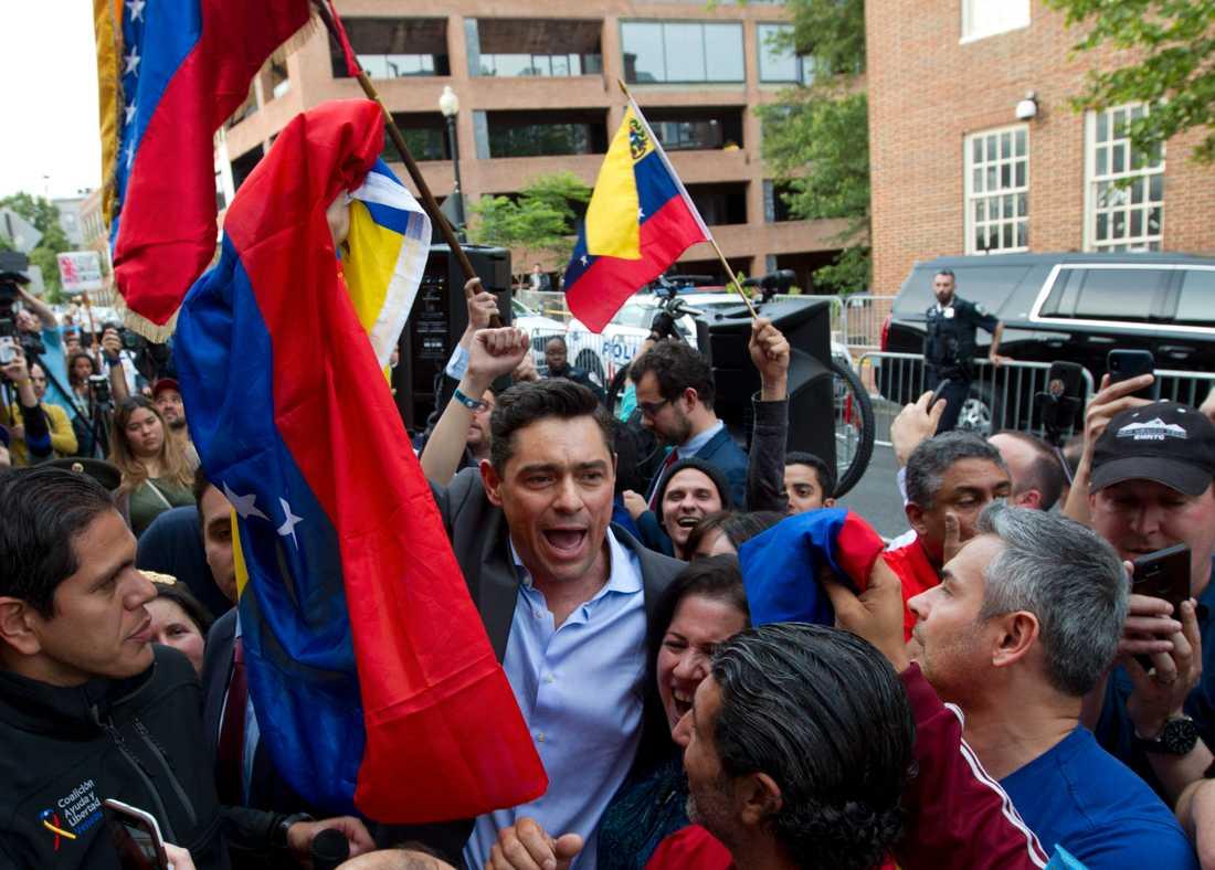 Carlos Vecchio, oppositionens ambassadör i USA, utanför Venezuelas ambassad i Washington.