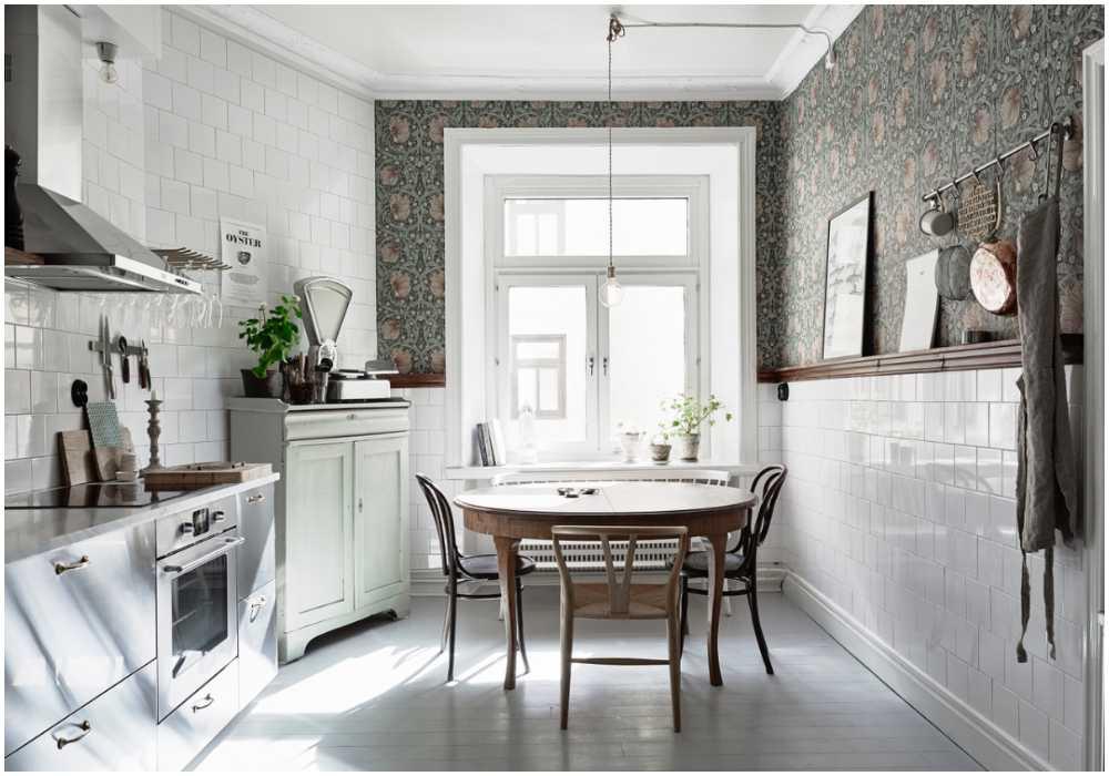 """Johanna Bradfords gamla kök på Första Långgatan i Göteborg. Här har hon använt sig av tapeten """"Pimpernel"""" från William Morris, kaklade väggar och en list som skärmar av. En sil som många inredningsintresserade nu vill kopiera."""