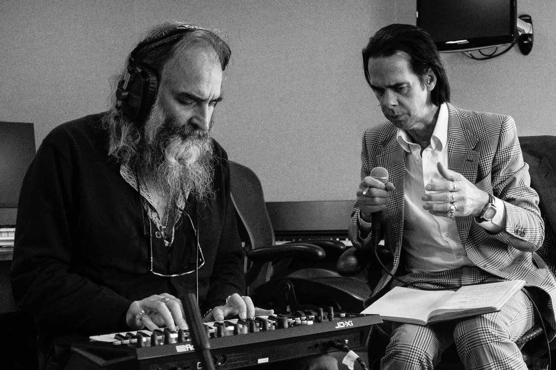 """Nick Cave och Warren Ellis har tagit vara på tiden i lockdown.  I går släppte de överraskningsalbumet """"Carnage""""."""