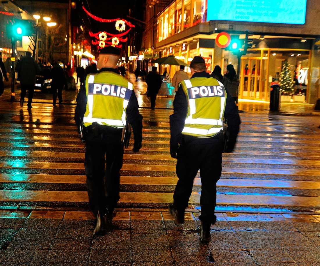 Poliser på Drottninggatan i Stockholm.