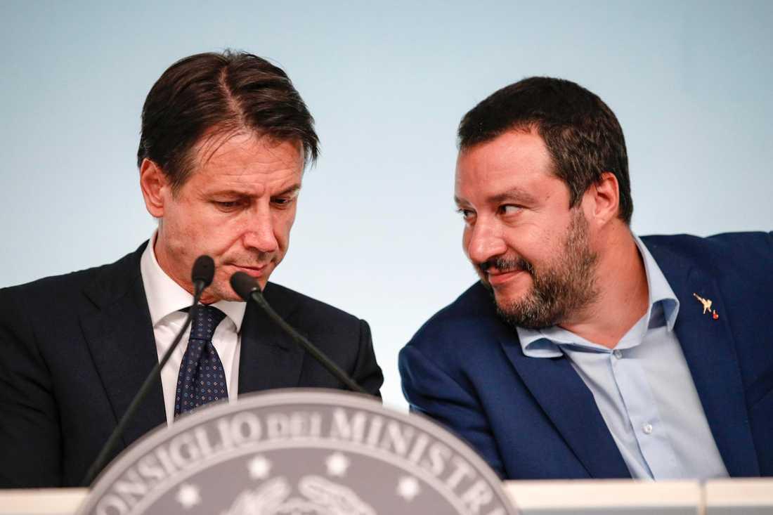 Italiens premiärminister Giuseppe Conte (vänster) och vice premiärminister tillika inrikesminister Matteo Salvini (höger). Arkivbild från 15 oktober.