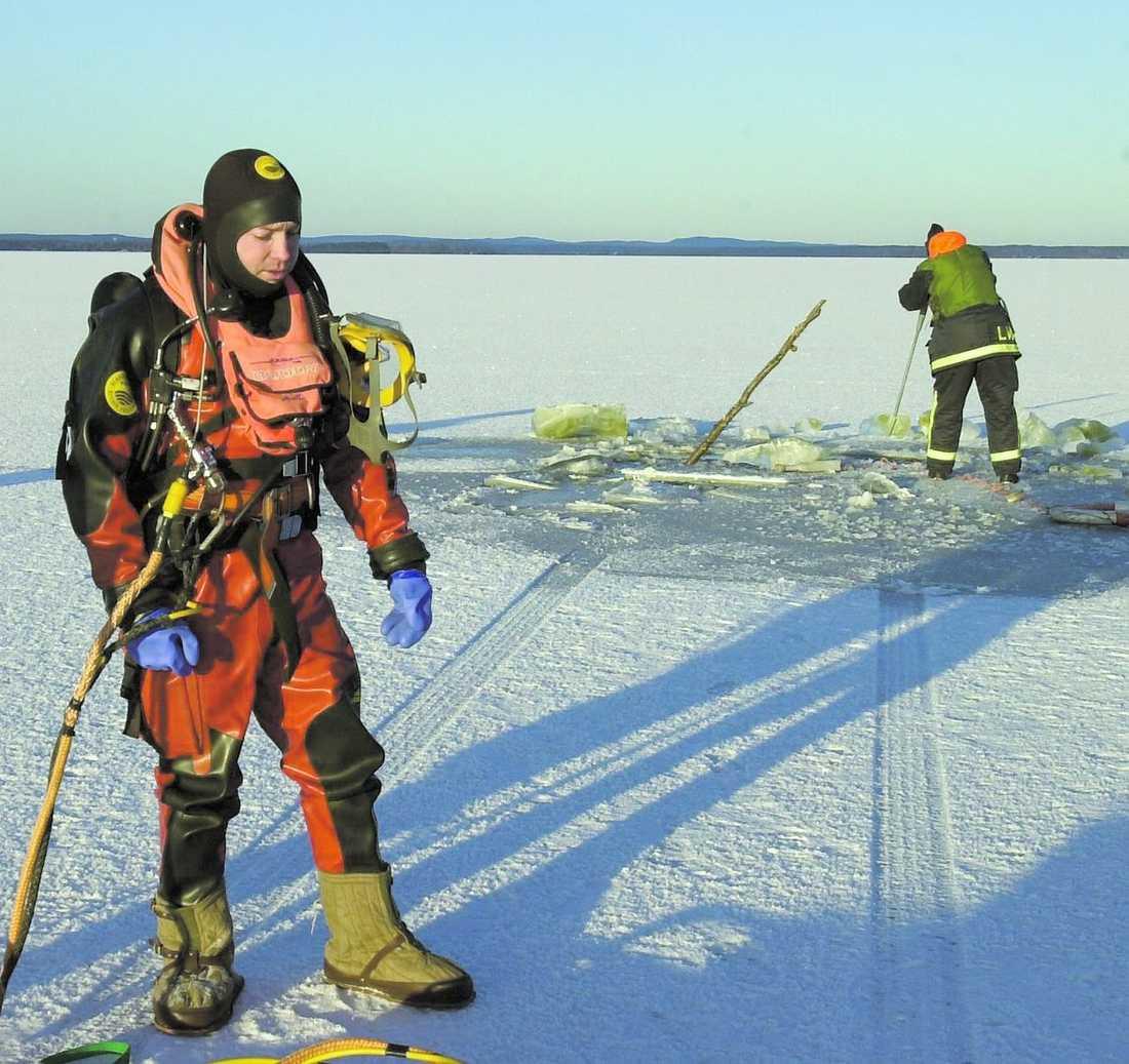 ovaksamma tjuvar Bilspåret slutar vid en vak långt ute på Storsjön. De som stulit bilen för att busköra på isen hann inte bromsa – men lyckades uppenbarligen ta sig upp ur det kalla vattnet på egen hand.