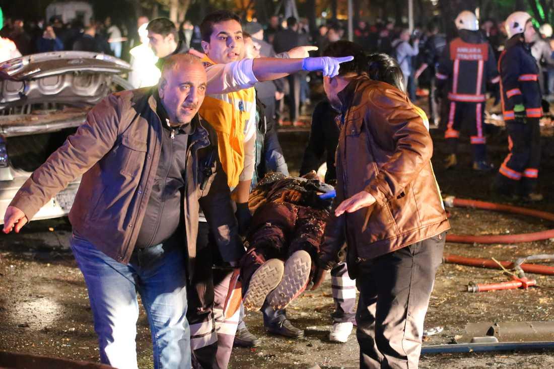 En skadad tas omhand efter attentatet i Ankara.