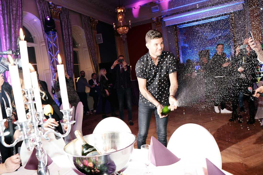 Robin Bengtsson firade glatt på efterfesten.