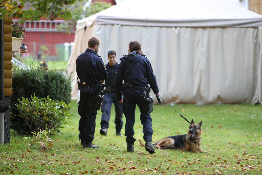 Poliser med hundpatrull sökte vid pensionatet.