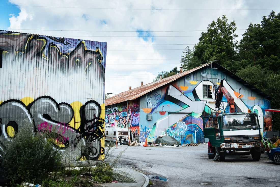 """Sedan nolltoleransen försvann har Stockholms stad byggt lagliga graffitiväggar på flera håll i staden, men Mikael Rickman tycker inte att de kan ersätta Snösätra. """"Här finns 9000 kvadratmeter med ytor att måla på. Här finns en möjlighet för graffitin att utvecklas. Snösätra är en mötesplats som behövs"""", säger han."""