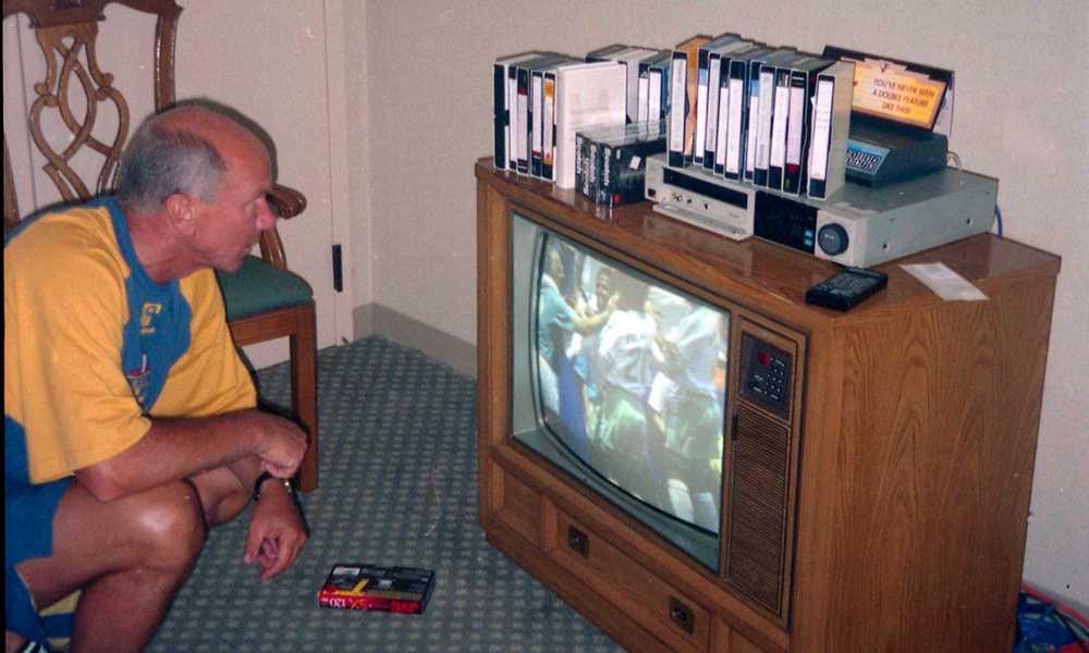 Medan spelarna sover studerar Tommy Svensson motståndarna framför tjock-tv:n.