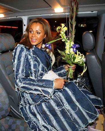 Blossom och de andra i Afro-Dite lämnade schlagerarenan i en taxi och åkte till hotellet.