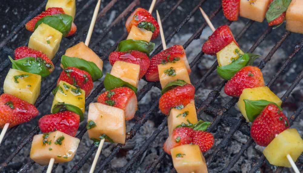 Grilla frukt – fräscha efterrätt på spett
