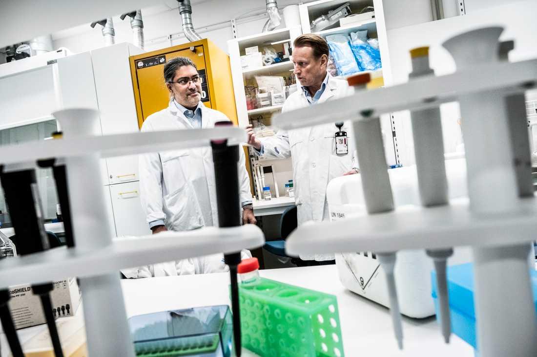 Vaccinforskaren Ali Mirazimi, till vänster, säger att det är viktigt att fortsätta att följa rekommendationerna efter vaccinsprutan.