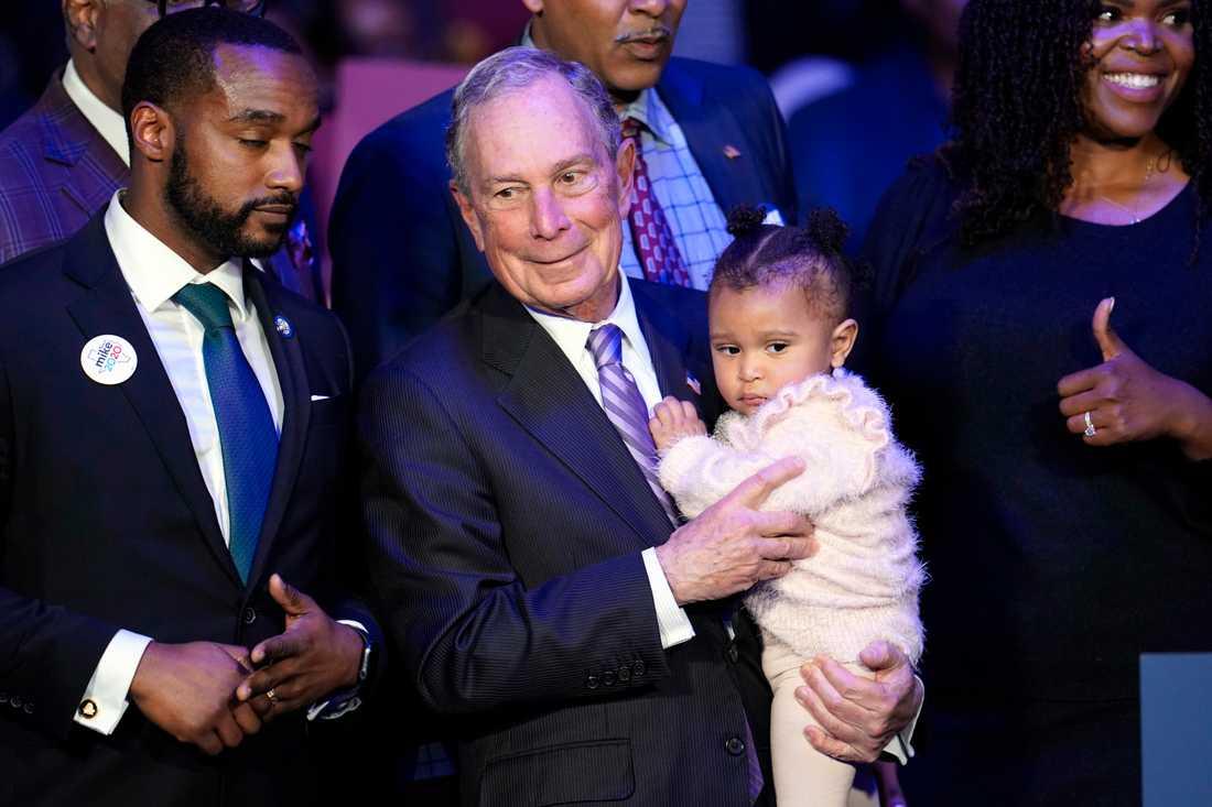 Den demokratiske presidentaspiranten Mike Bloomberg ombeds på amerikanskt manér hålla ett spädbarn vid ett kampanjmöte i Houston i Texas.