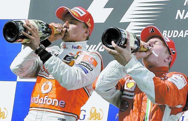 KIPPIS! Heikki Kovalainen och Kimi Räikkönen tar ett par rediga klunkar champagne vid prisutdelningen i Ungern i går.