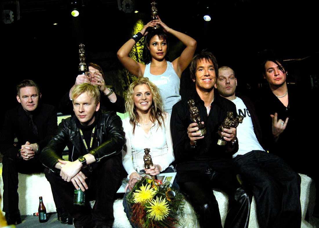 Så här kunde rocken också se ut 2004. Det är nog första och sista gången som Lisa Miskovsky, Pauline, Per Gessle och Kent syns på samma bild. Vissa är dessutom gladare pristagare än andra. Vi nämner inga namn, men...