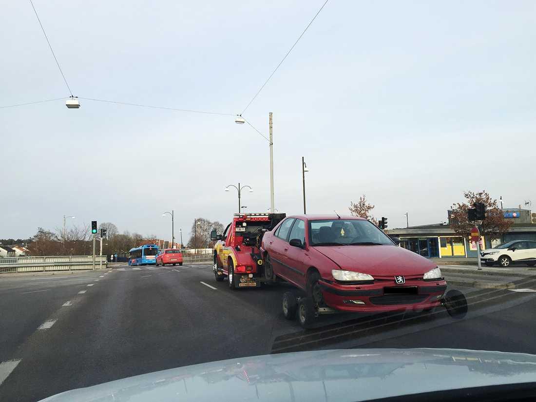 Här beslagtar polisen en röd Peugeot,