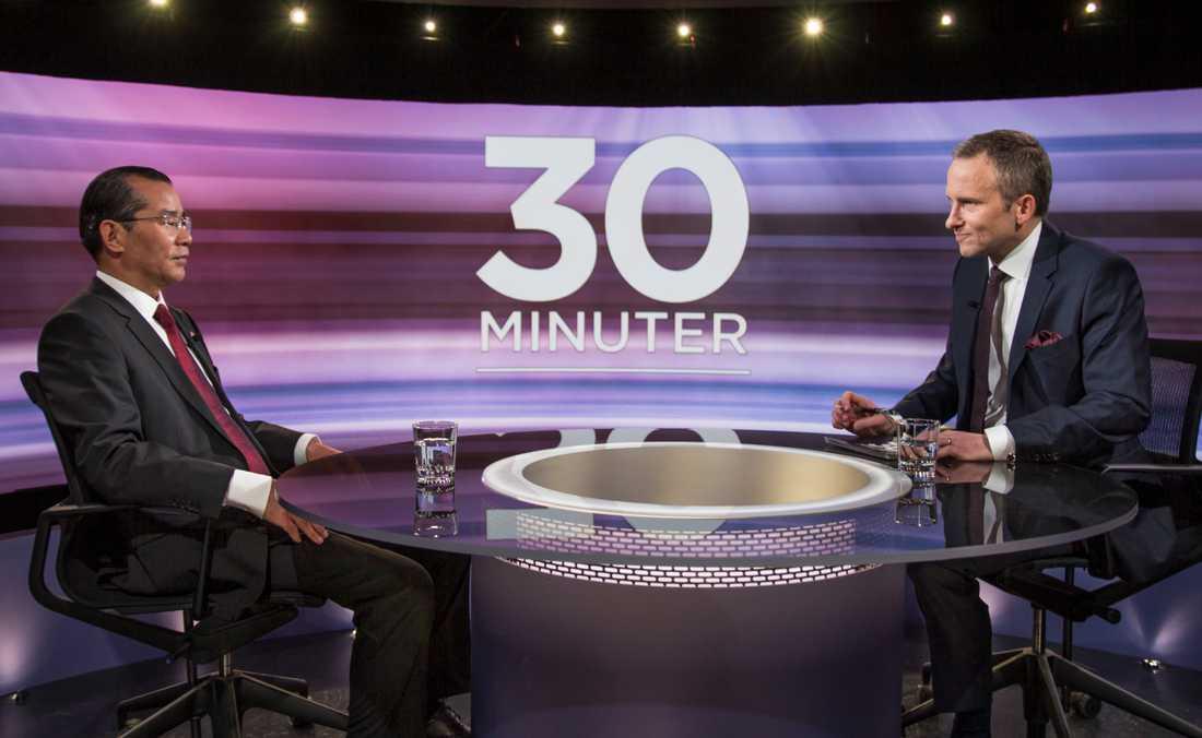 """Kinas ambassadör Gui Congyou intervjuas i SVT-programmet """"30 minuter"""" med Anders Holmberg."""