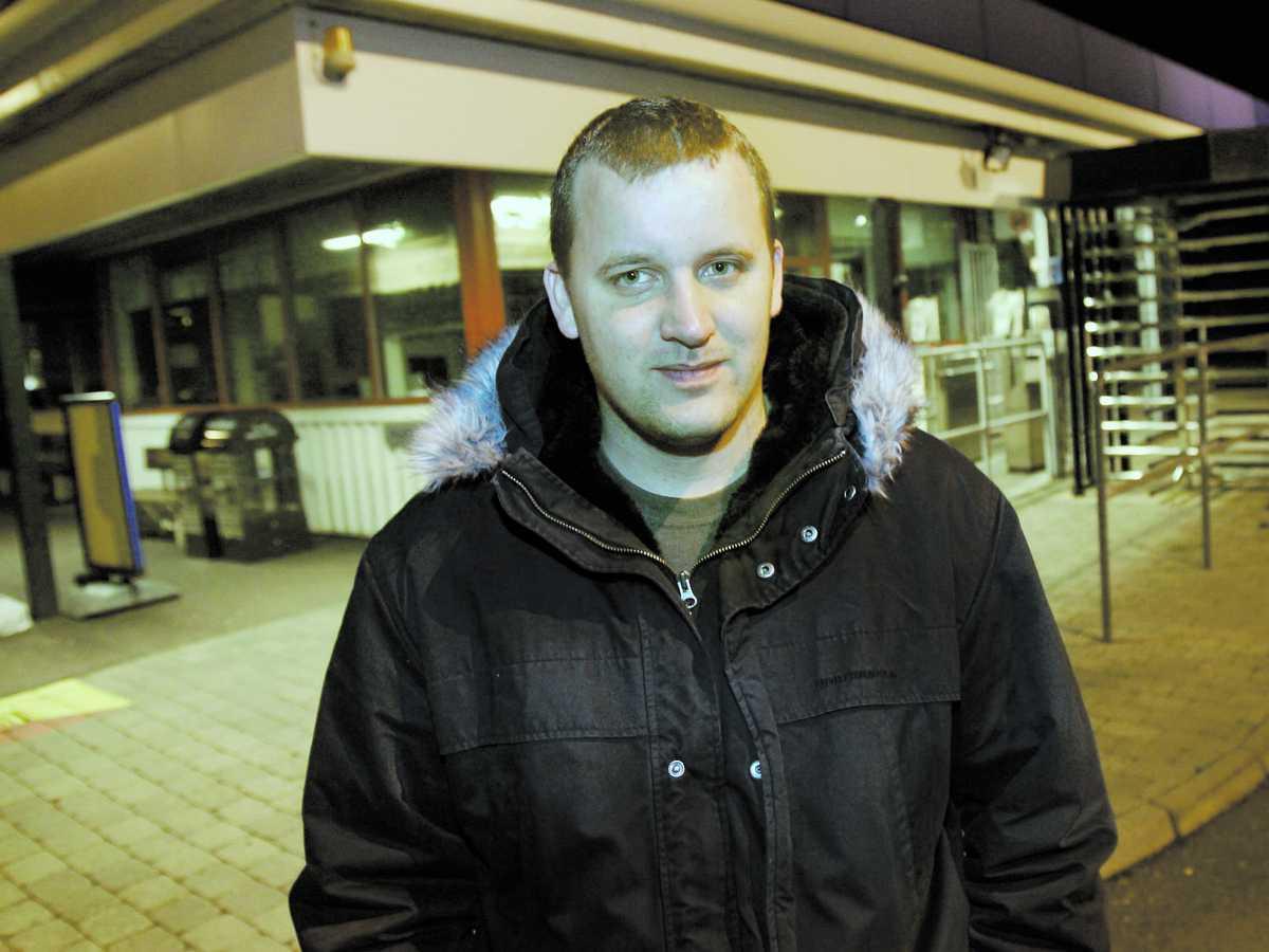 """JOBBADE PÅ VOLVO Rickard Ribbfors, 26, har jobbat på Volvo sedan 2002. Han sparkades i början av december och går nu hemma i väntan på ett nytt jobb. Han hade önskat att Volvo struntat i utdelningen. """"Det finns ju sätt att hjälpa folk med de här pengarna i stället. Utbilda personalen till exempel"""", säger han."""