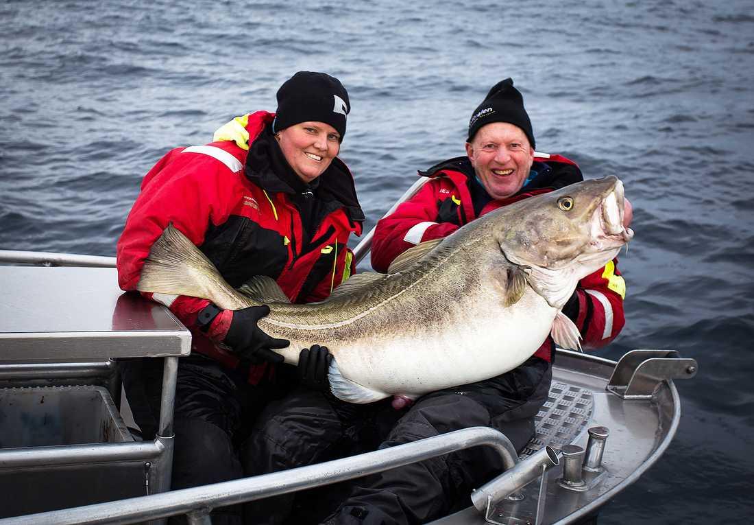 REKORDTORSK Marica Eriksson drog på söndagen upp en riktig baddare: 38 kilo torsk. Till höger i bild hennes pappa Mikke, som också var med på fisketuren.