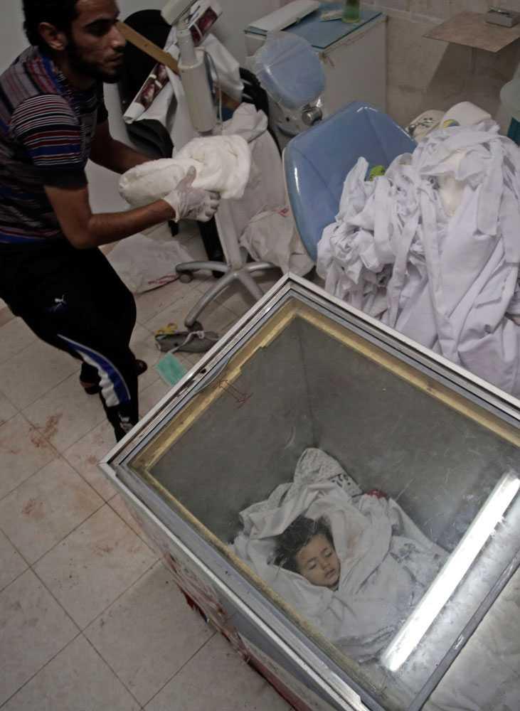 Aftonbladets reporter på plats i Gaza, Erik Wiman, rapporterar om överfulla operationssalar på al-Shifa-sjukhuset. Det kommer också flera rapporter om att bårhusen i Gaza är överfulla och att kroppar nu förvaras i frysboxar.
