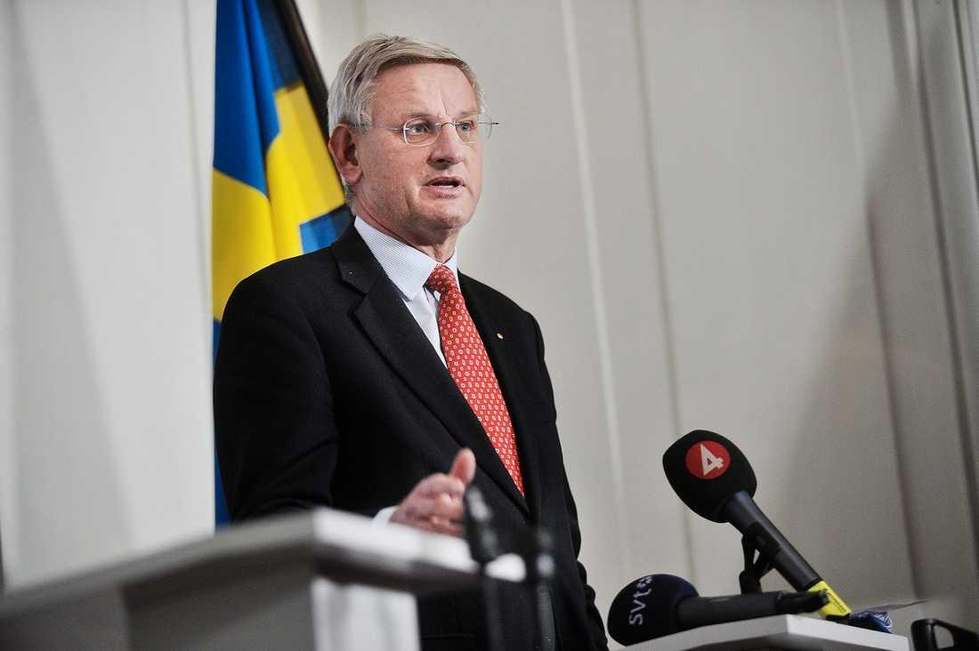 Med Bildt har Sverige fått en röst i världen som vägrar ta avstånd från diktaturer och folkmord, skriver Åsa Petersen.