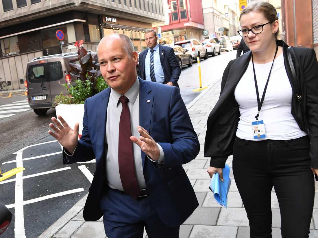 Justitie- och migrationsminister Morgan Johansson (S) anländer till Rosenbad för att fortsätta riksdagspartiernas samtal om gängkriminalitet.