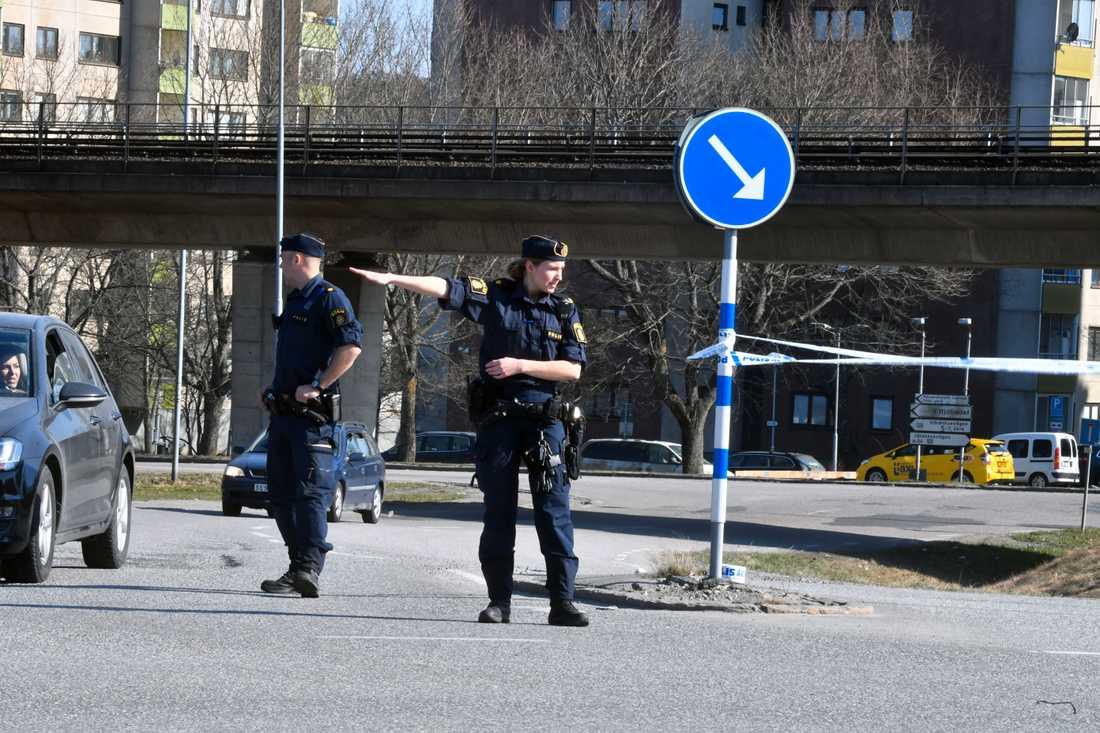 Polis spärrar av platsen.