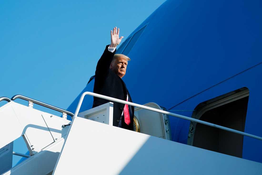 USA:s president Donald Trump väntas lämna Vita huset på onsdag några timmar innan hans efterträdare Joe Biden svärs in. Arkivbild från den 12 januari när Trump går ombord på Air Force One för att resa till Texas.