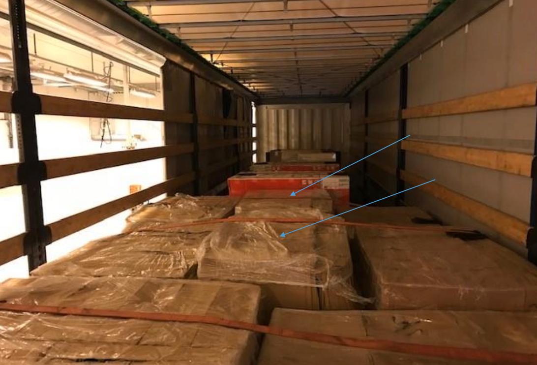 På två av de omkring 18 lastpallarna i lastbilen hittades cannabis. De två lastpallarna där cannabiset var är utpekade på bilden.
