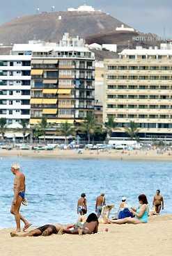 På stranden Las Canteras är det fullt av folk från morgonen till sena kvällen, både turister och infödda.
