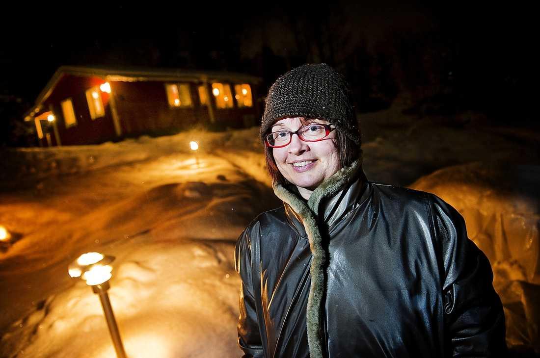 """ÖVERVÄGER ATT BINDA Gymnasieläraren Kajsa Abrahamsson, 41, har börjat jobba extra för att täcka räntehöjningarna för villan utanför Norrköping. """"Jag har börjat känna av höjningarna och överväger att binda en del av lånet, även om jag inte tror att det blir en räntechock framöver. Jag är utbildad civilekonom men det är ändå svårt att avgöra vad som är rätt."""""""