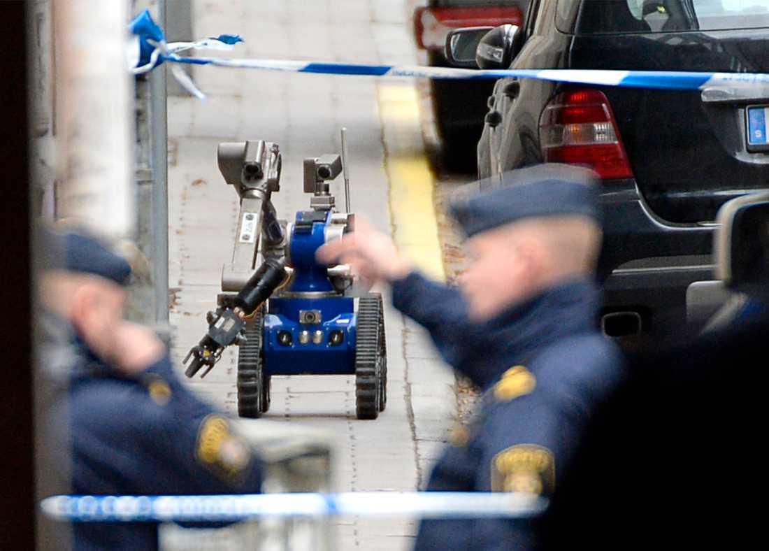 En bombrobot på uppdrag på Holländargatan i Stockholm.