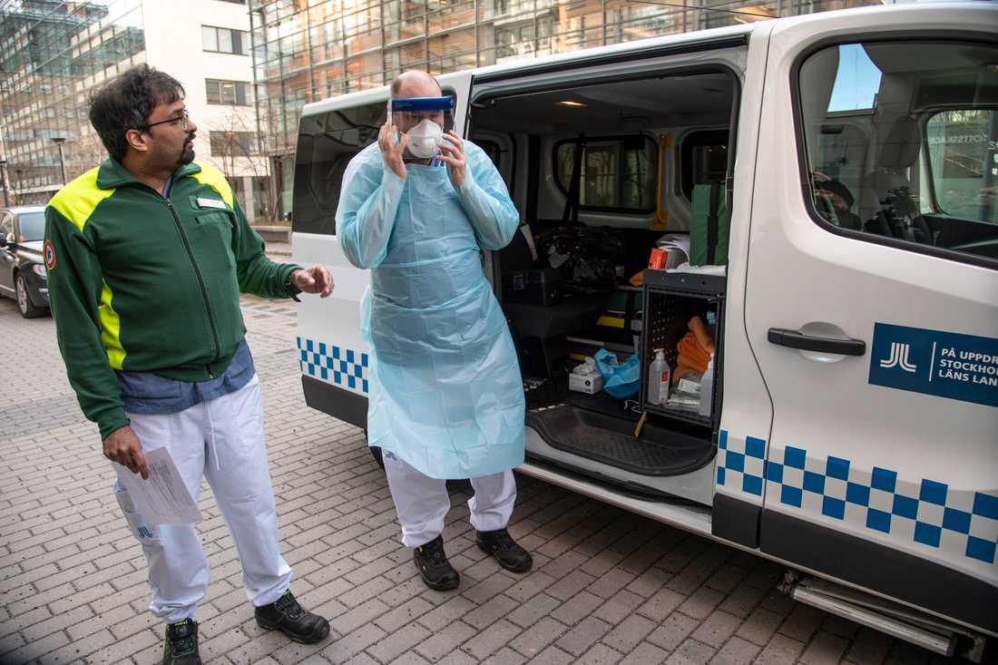 Kristofer Vikström (tv) med kollegan åker hem till folk och tar prover för sars-cov2. Han förevisar sin skyddsutrustning, och säger att han är helt trygg. Under söndagen togs cirka 40 prover, ungefär lika många väntades man ta under måndagen.