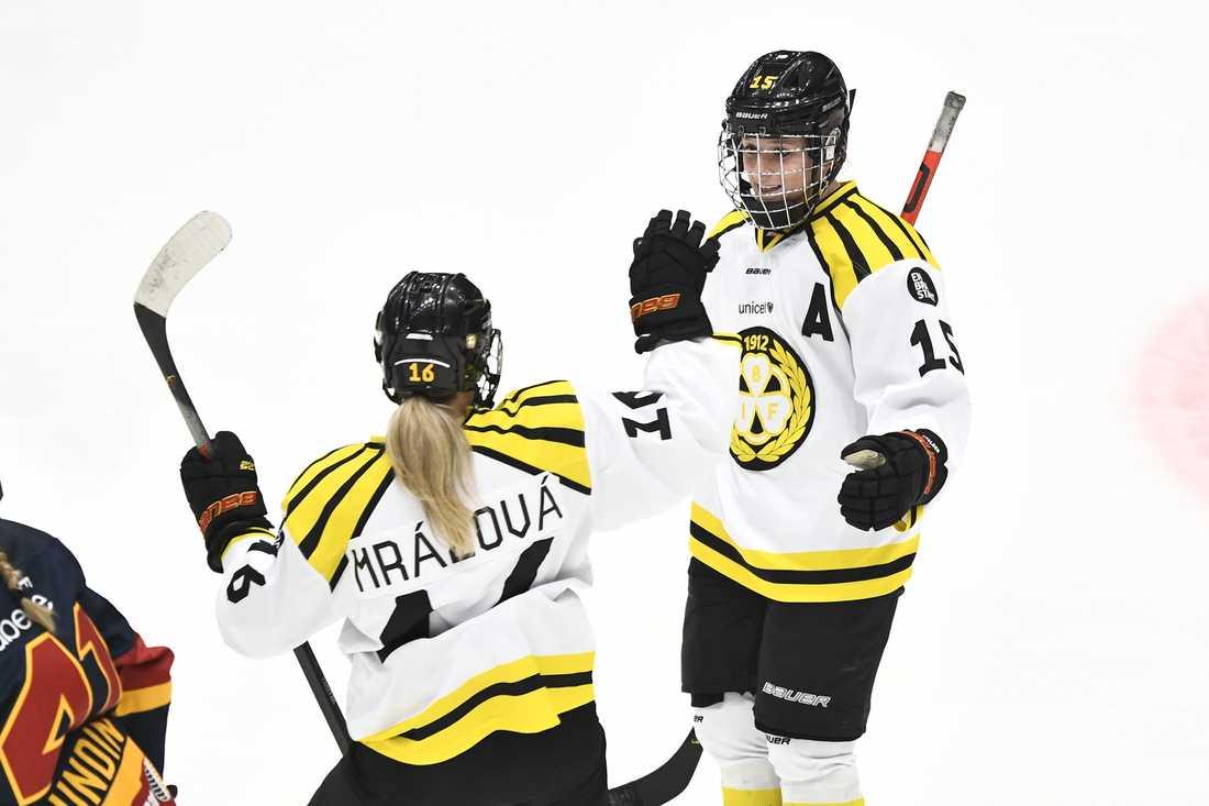 Brynäs Lara Stalder (höger) fortsätter att ösa in mål för sitt Brynäs. Mot Modo kom tolfte fullträffen. Arkivbild.