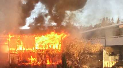 Ett radhus är  övertänt efter brand utanför Stockholm.