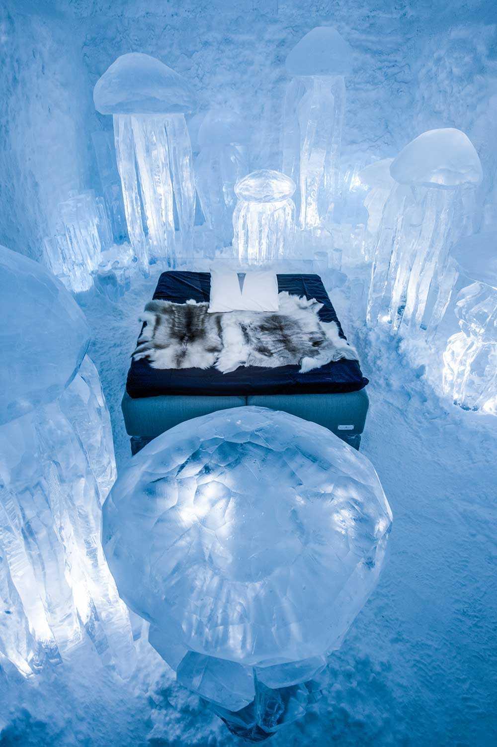 """Lyxsvit på Icehotel. Konstverket heter """"Hydro smack"""" och är skapad av Lotta Lampa och Julia Gamborg."""