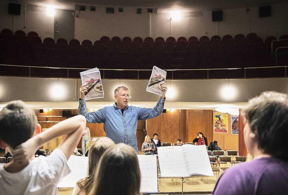 Musikläraren Håkan Jonson undervisar i blåsinstrument.