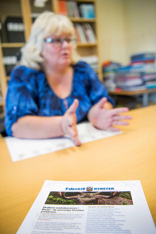 """Fjällsjöskolans rektor Susanne Sjödin blev kontaktad av oroliga elever och föräldrar efter att Fjällsjö Nyheter skrivit att tonårsflickor hade blivit sexuellt trakasserade av en grupp flyktingpojkar. """"Jag samlade personalen nästa morgon. Ingen hade hört att någonting sådant skulle ha inträffat. Jag pratade också med samtliga elever. De sa alla att det inte stämde"""", säger hon."""