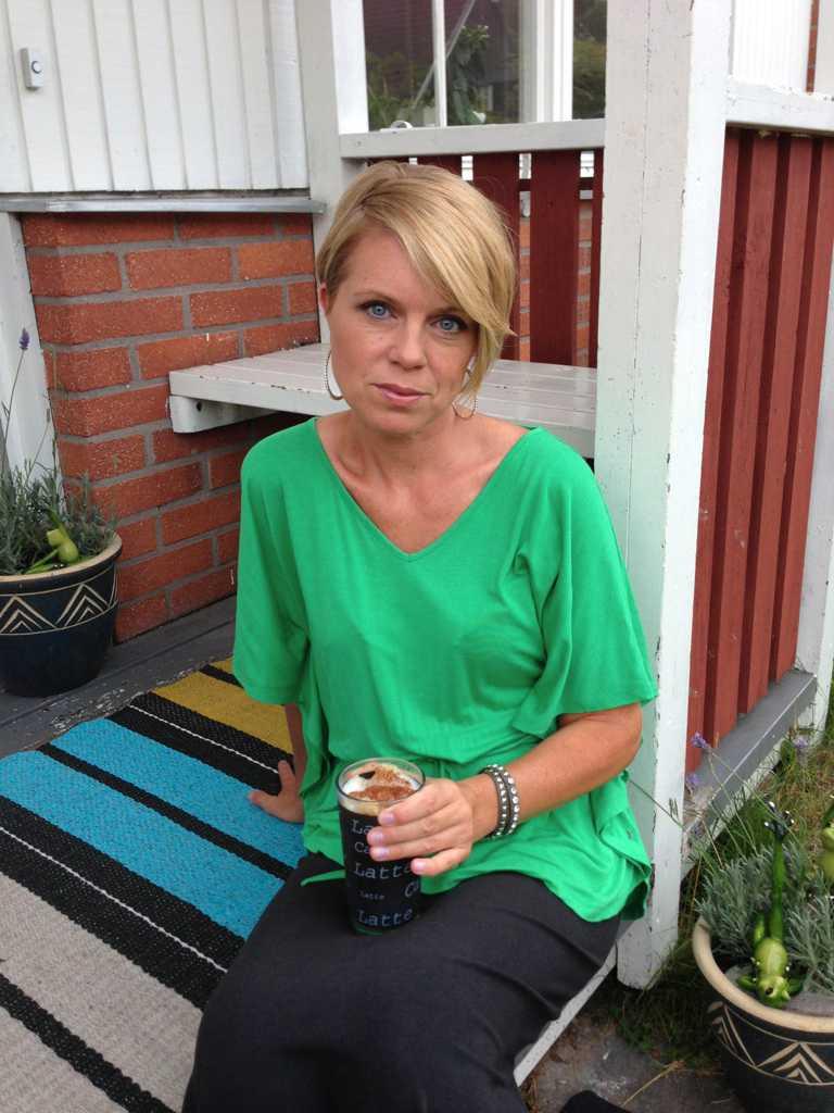 Gunilla Ahlström låg medvetslös, omedveten om dramatiken på landsvägen.