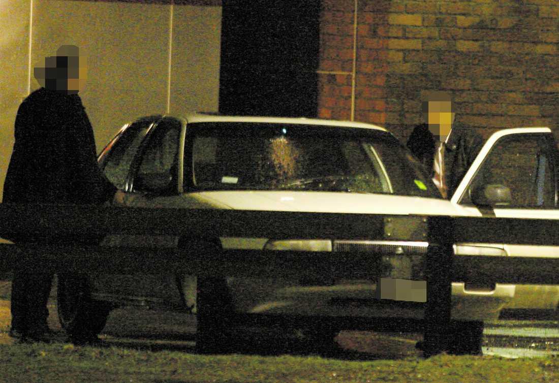 kört olagligt i tio år Här kliver professern in bakom ratten i sin bil för att köra iväg utan att ha körkort. Hittills har han dömts för sju olovliga körningar under de senaste tio åren som han har saknat körkort. Nu är han en av dem som polisen hålller extra koll på.