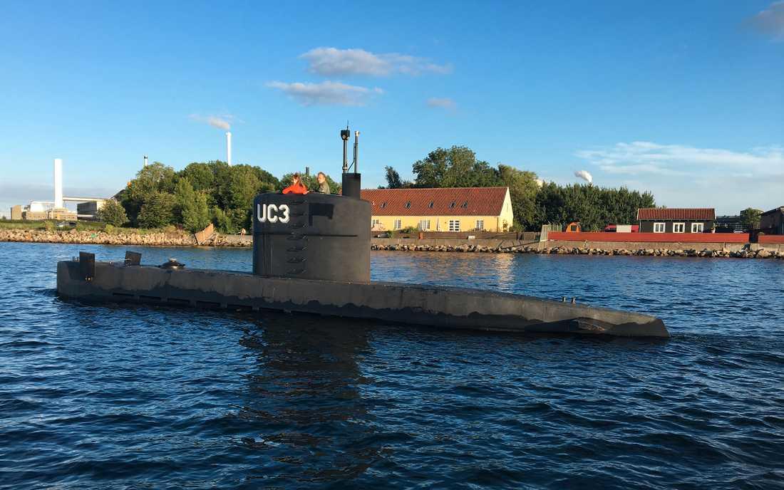 Ubåten Nautilus lämnar hamnen i Köpenhamn på torsdagskvällen 10:e augusti 2017 med Kim Wall och Peter Madsen ombord.