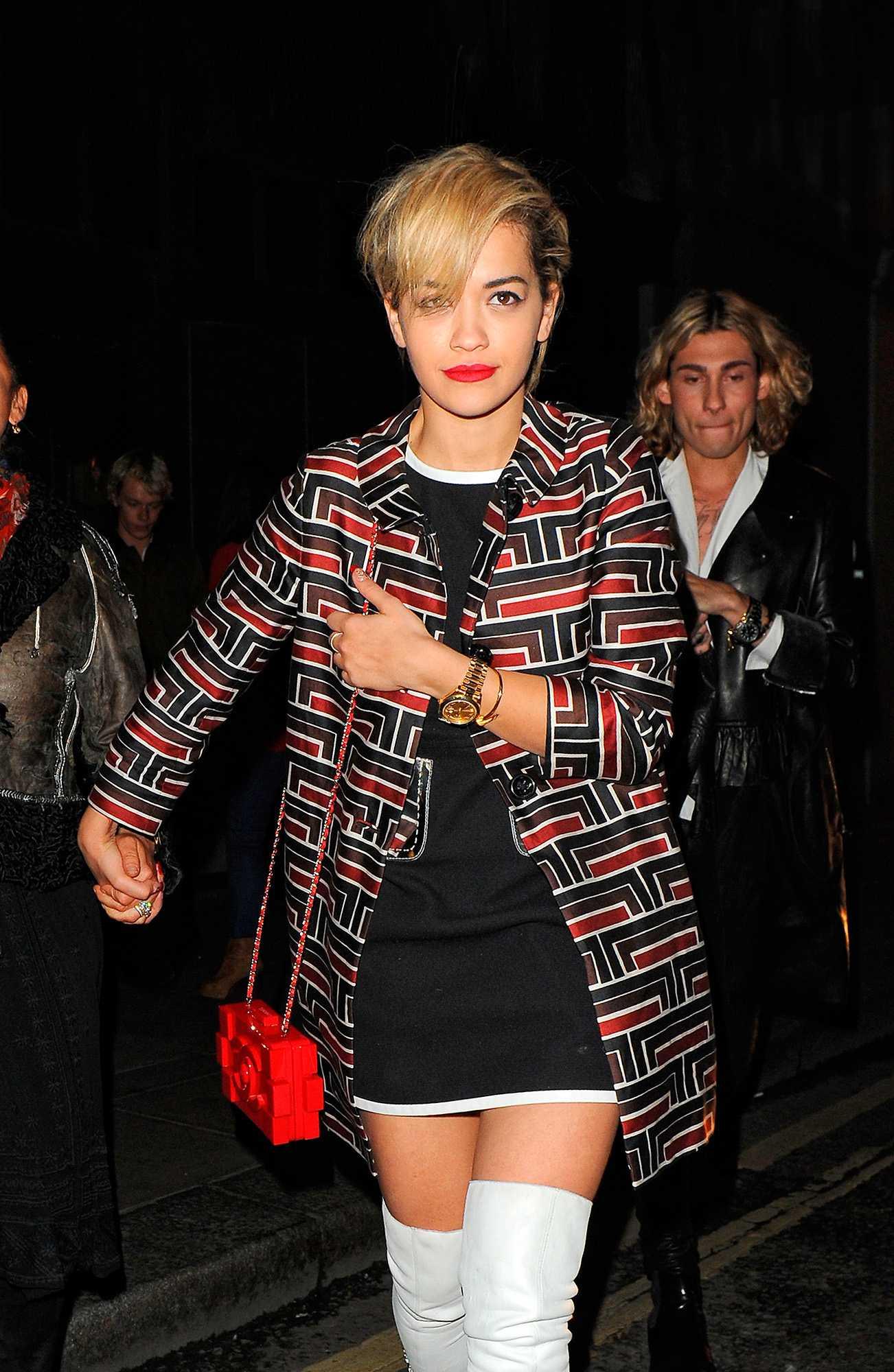 Rita Ora syns ute med Chanels Legoinspirerade väska. Den går loss på cirka 58 000 kronor.
