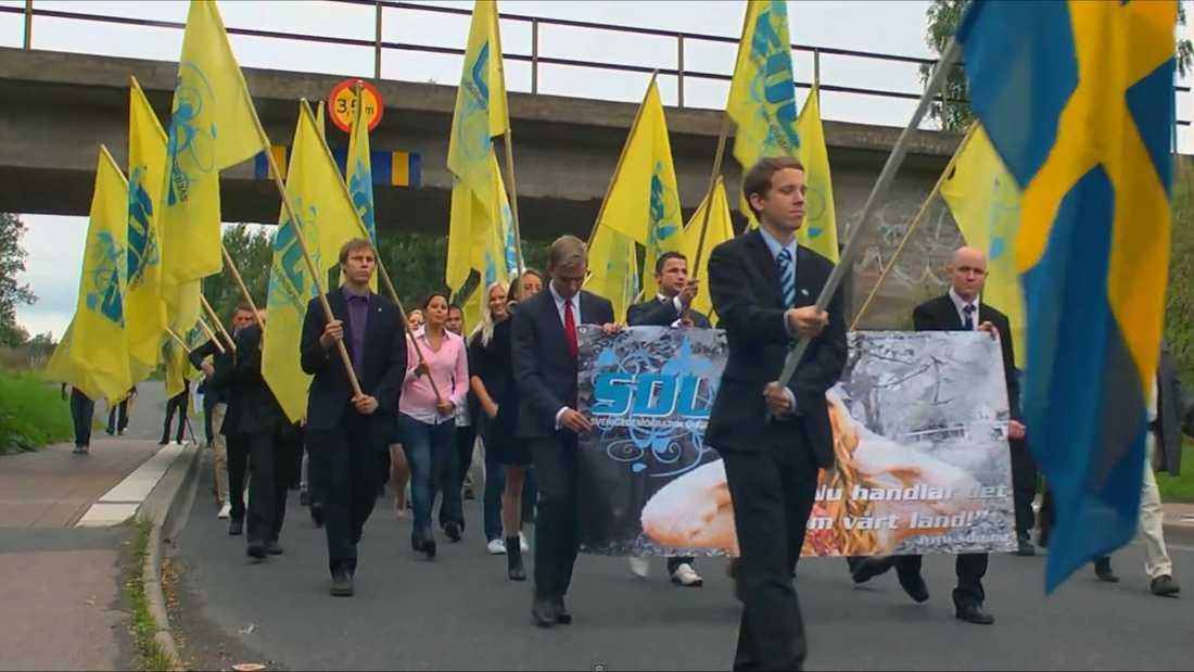 Här marscherar sverigedemokrater i samband med SDU-kongressen.