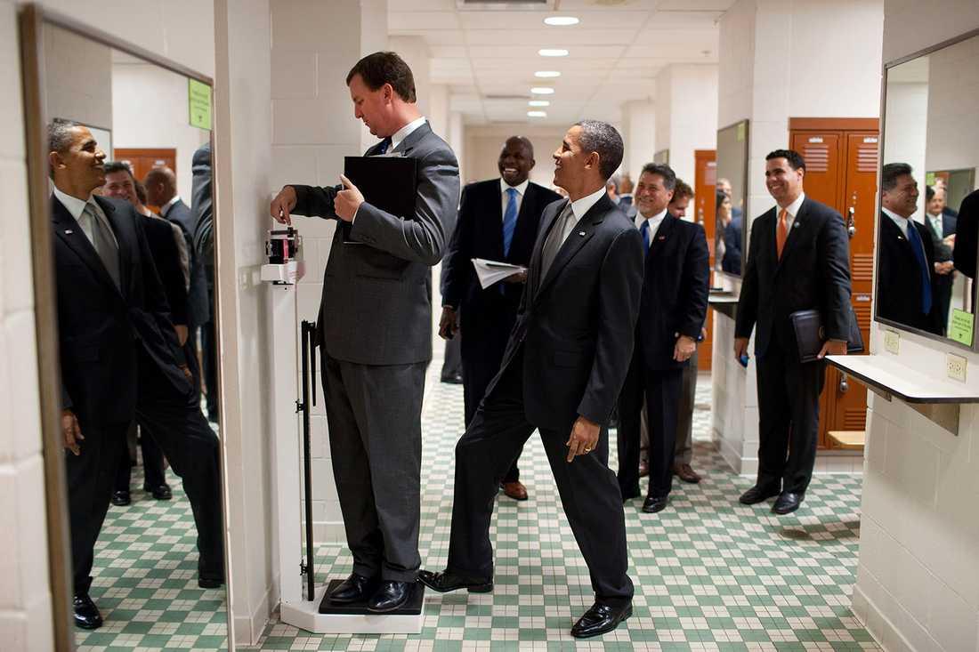 """""""Vi gick genom ett omklädningsrum på  University of Texas när en medarbetare ställde sig på vågen. Utan att han såg det klev Obama upp bakom om honom""""."""